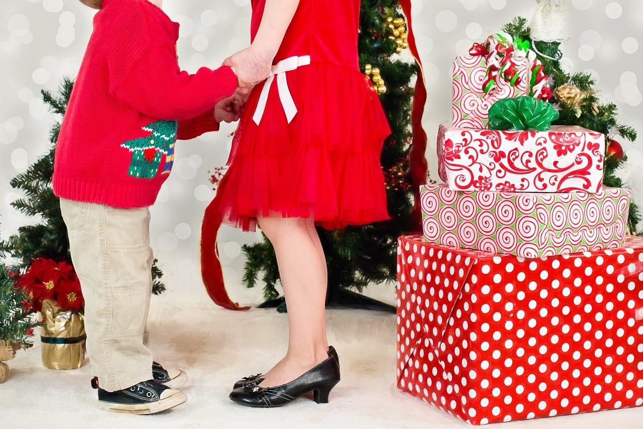 Kinderen met kerstcadeaus
