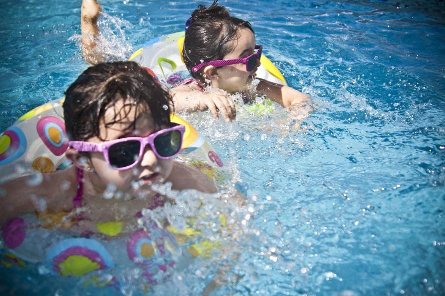 Zwemmende meisjes