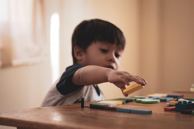 Kind met speelgoed