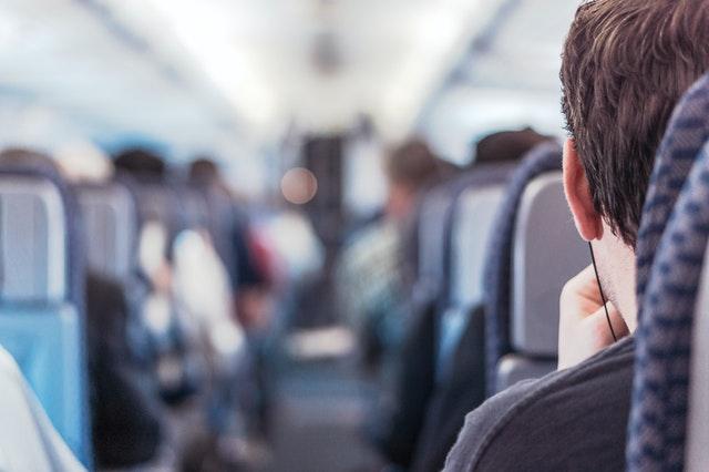 Man in vliegtuig