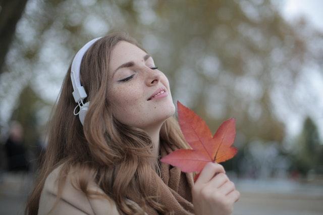 Meisje met herfstblad