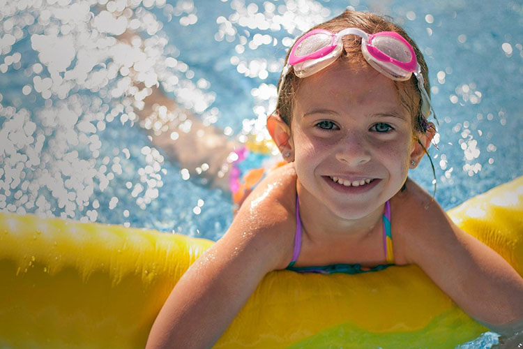 Meisje in zwembad