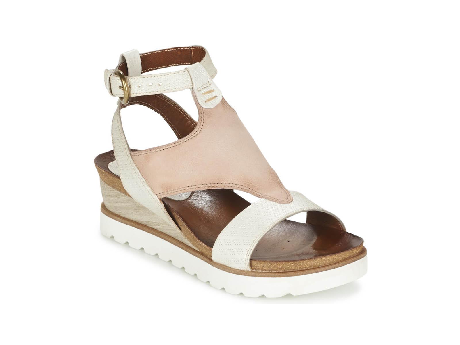 Roze sandaal met stoere zool