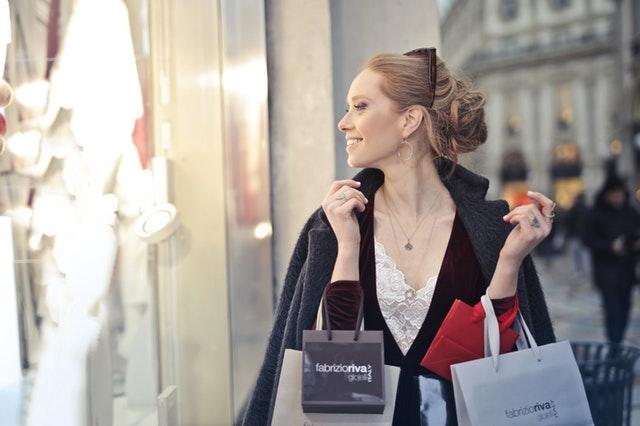 Vrouw aan het shoppen