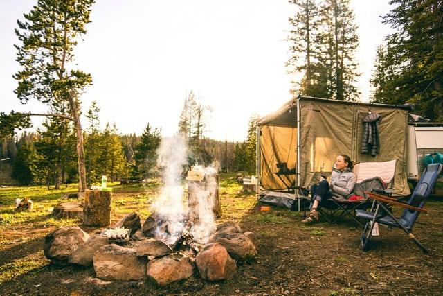 Vrouw-op-camping